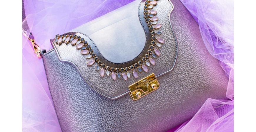 Ad ogni donna la sua Madrepora, una borsa artigianale in vera pelle